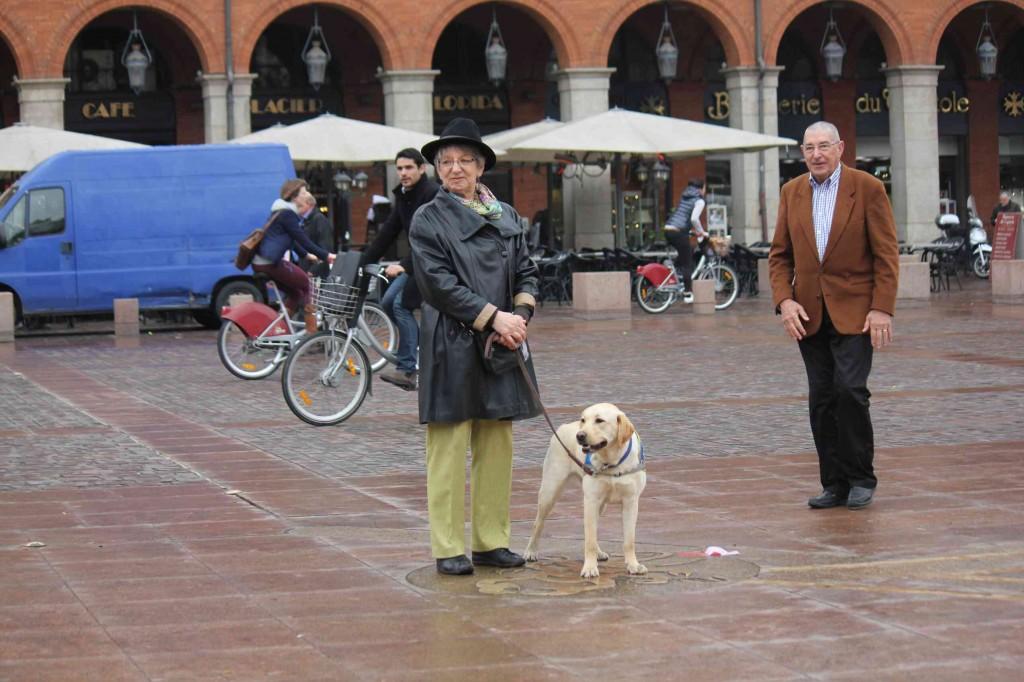 Un chien-guide et sa famille d'accueil
