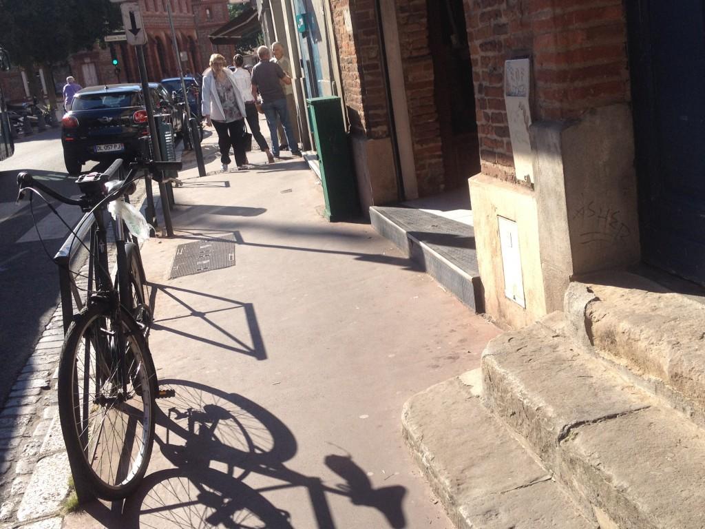 Le trottoir se rétrécit soudainement a cause du vélo et des marches