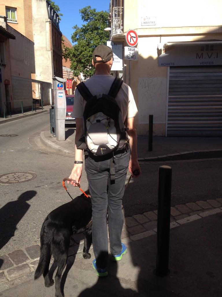 Dune marque un arrêt pour indiquer à Jérôme qu'ils traversent une rue.
