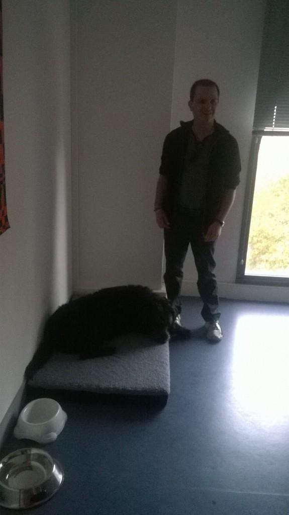 Igor installé dans le bureau de Nicolas
