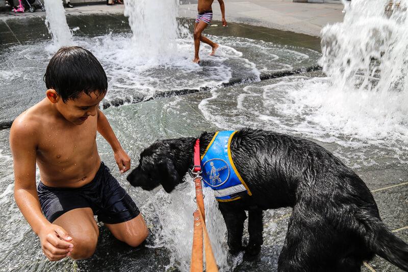 Massaï joue dans la fontaine avec un jeune garçon.